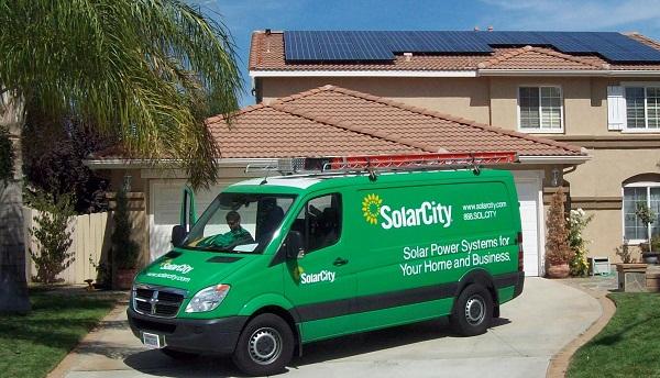 SolarCity monte, finance et maintient des installations solaires ; un marché qui n'est encore exploité qu'à 0,5 %.