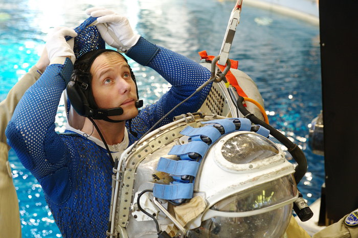 Thomas_Pesquet_preparing_to_use_Orlan_suit_node_full_image_2