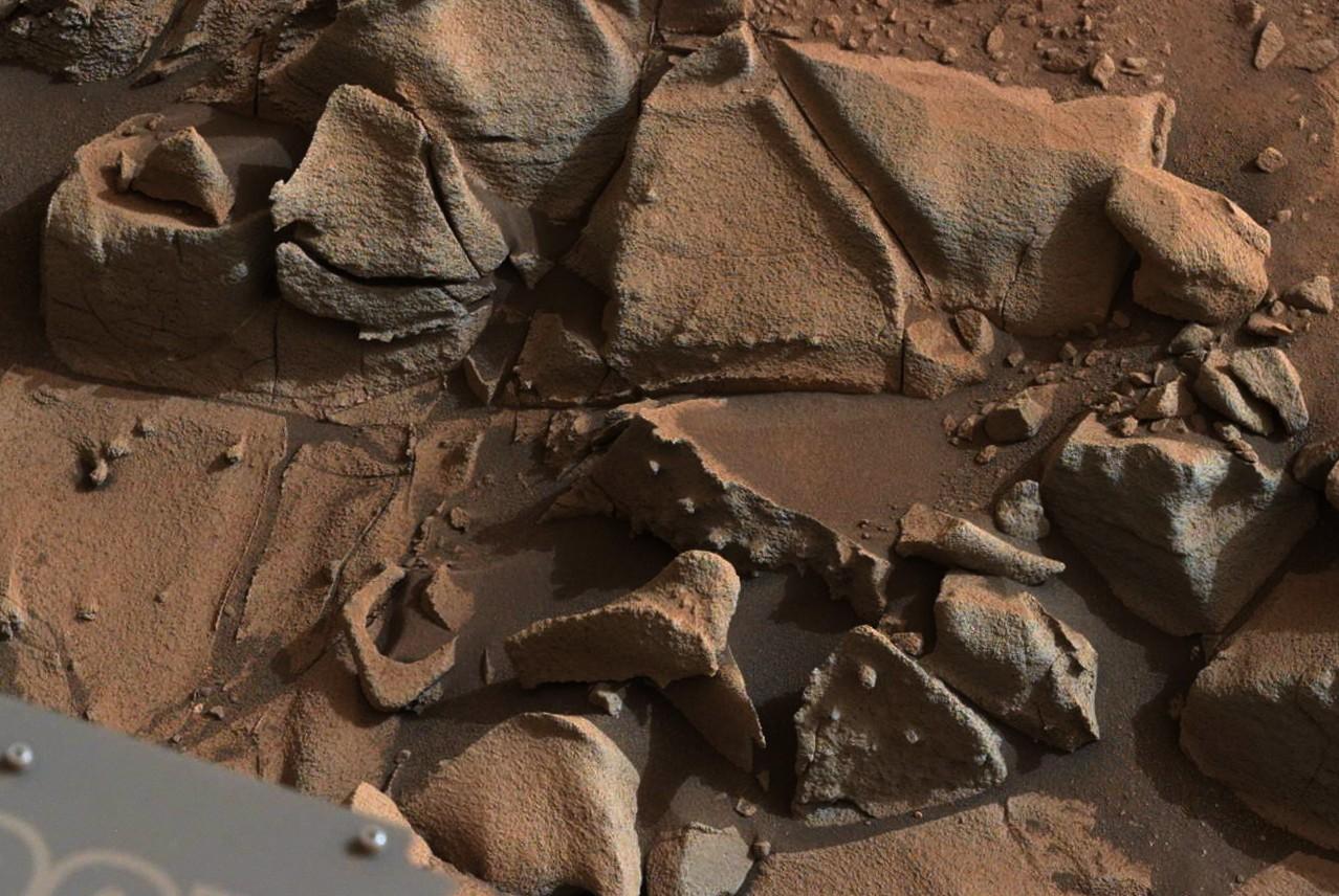 Mars-Rover-Curiosity-MastCam-Rock-Alexander-Hills-sol-817-pia19066-full détail 1